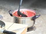 Andriaus Ufarto/BFL nuotr./Lauko virtuvėlėje garuoja sriuba.