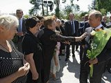"""""""Scanpix"""" nuotr./Suchumyje Vladimiras Putinas pabendravo su vietiniais gyventojais"""
