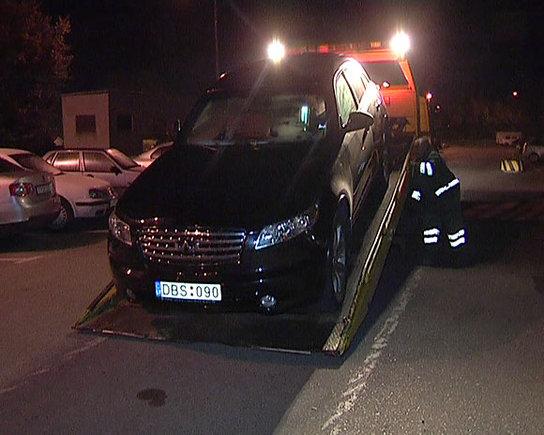 LNK nuotr./Iš įvykio vietos išgabenamas Ernesto Aleksonio automobilis