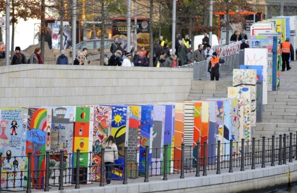 AFP/Scanpix nuotr./Berlyno sienos griūtis bus paminėta tūkstančio didžiulių domino nuvertimu.
