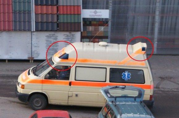 15min.lt skaitytojo nuotr./Krovininiu taksi paverstas specialiosios paskirties automobilis su avyturėliais ir užraau Ambulance.