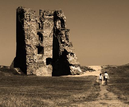 Organizatorių nuotr./Naugarduko tvirtovės mūrai.
