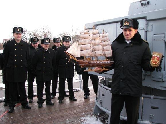 KJP nuotr./Senajam laivo vadui E.Oleakevičiui įgula atminimui įteikė simbolinį laivą ir laivo herbą.