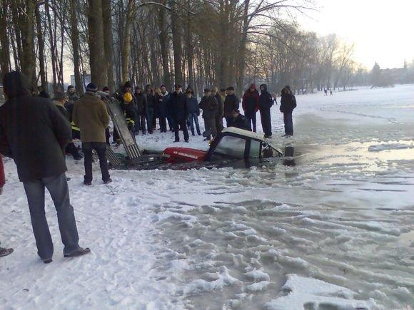 15min.lt skaitytojo Vito nuotr./Ant tvenkinio ledo trasą automobilių varžyboms ruoaęs lengvasis traktorius atsidūrė vandenyje, traktorininkas iasigelbėjo.