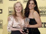 """""""Reuters""""/""""Scanpix"""" nuotr./Geriausiomis aktorėmis tapo Meryl Streep už vaidmenį filme """"Julie ir Julia"""" ir Sandra Bullock už vaidmenį filme """"Nematoma pusė""""."""