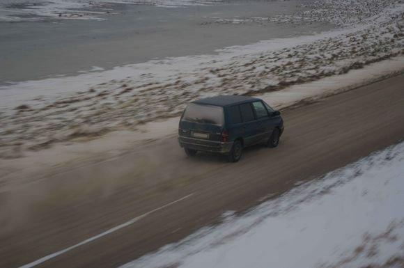 VSAT nuotraukos/Kontrabandininkų automobiliai spruko upės ledu