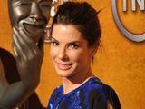 """AFP/""""Scanpix"""" nuotr./Sandra Bullock  su apdovanojimu"""