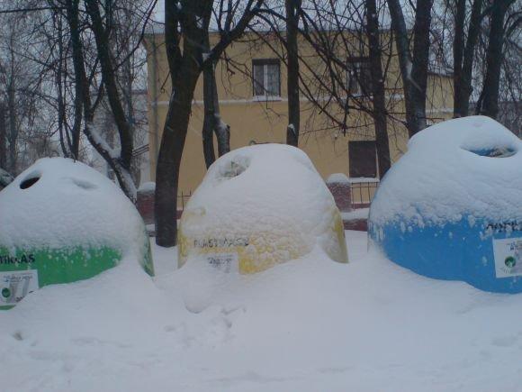 J.Andriejauskaitės nuotr./Sniegas apklojo atliekų rūaiavimui skirtus konteinerius.