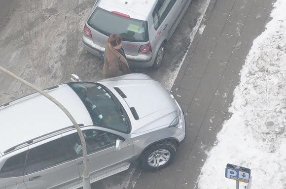 Andriaus Vaitkevičiaus/15min.lt nuotr./Kelių erelio BMW X5 ant aaligatvio