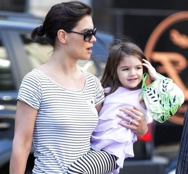 Scanpix nuotr./Katie Holmes su dukra Suri