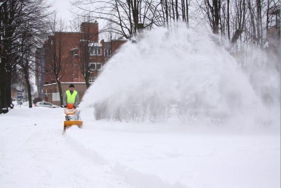 J.Andriejauskaitės nuotr./Čia pat esančiame skverelyje su sniegu kovoti padėjo ir technika.