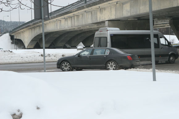 null/K.Verslovo limuzinas užfiksuotas pažeidimo padarymo momentu: aioje vietoje ia degalinės į kairę sukti draudžiama.