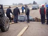 Biržų policijos nuotr./Prasmegęs automobilis Biržų rajone