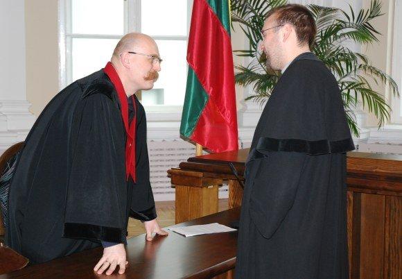 Sauliaus Chadasevičiaus/15min.lt nuotr./`įkart prokuroras Z.Tuliaevskis (kairėje) ir vėl įveikė Henytę ginantį advokatą K.Aamį.