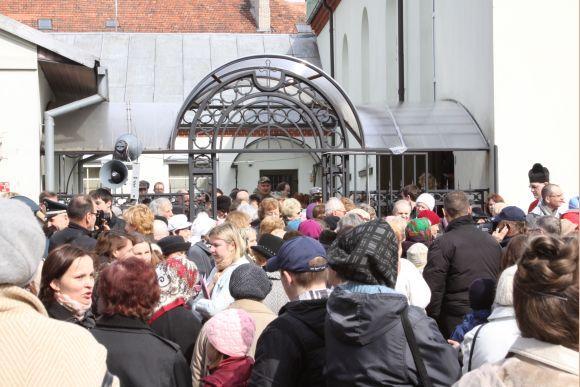 J.Andriejauskaitės nuotr./Į procesiją susirinko gausybė klaipėdiečių, daugiausia senjorų.