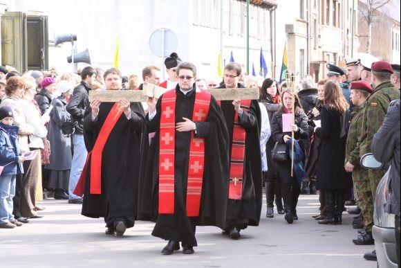 J.Andriejauskaitės nuotr./Klaipėdos gatvėmis buvo neaamas apie dviejų metrų ilgio kryžius.