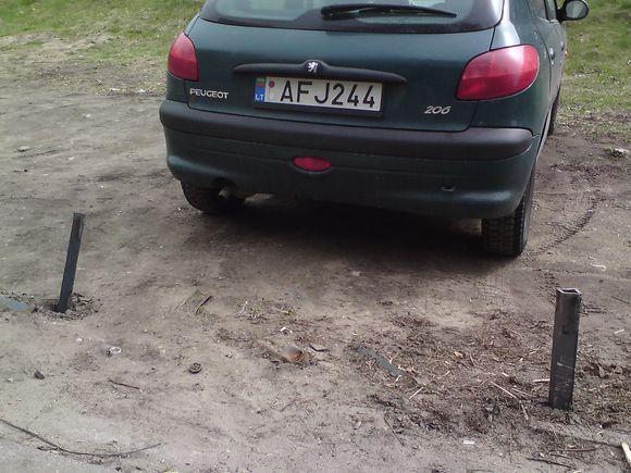 Sauliaus Chadasevičiaus/15min.lt nuotr./Pievoje įkalintas Peugeot
