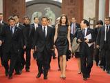 """AFP/""""Scanpix"""" nuotr./Nicolas Sarkozy ir Carla Bruni (centre)"""