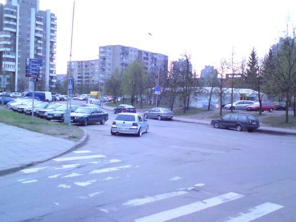 15min.lt nuotr./Automobilis VW, paliktas važiuojamojoje dalyje