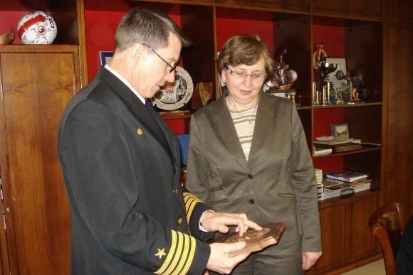 Savivaldybės nuotr./kapitonas T.Mahan padovanojo J.Simonavičiūtei kreiserio Vicksburg ženklą.