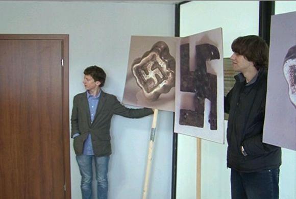 Baltijos TV kadrai/Jaunuoliai į teismą vėl atsineaė plakatus.