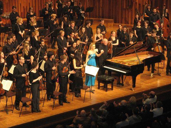 Adrian Tuck nuotr./Martynas Jatkauskaitė, dirigentas Peteris Starkas ir Guildhall simfoninis orkestras Barbicane.