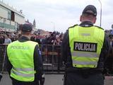 Andriaus Vaitkevičiaus/15min.lt nuotr./Policija saugo gėjų eitynių vietą nuo priešininkų invazijos