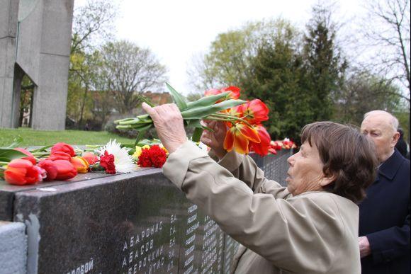 J.Andriejauskaitės nuotr./Minėjimo vieta skendo gėlėse.