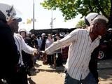 AFP/Scanpix nuotr./Po susidūrimo su policija buvo sulaikyti 32 juodaodžiai prekiautojai.