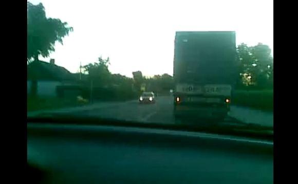 Audriaus A. filmuotos medžiagos stop kadras/Sunkvežimių eilė pasienyje su Rusija