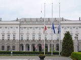 Andriaus Vaitkevičiaus/15min.lt nuotr./Prie prezidentūros Varšuvoje iki šiol plaikstosi iki pusės nuleistos vėliavos