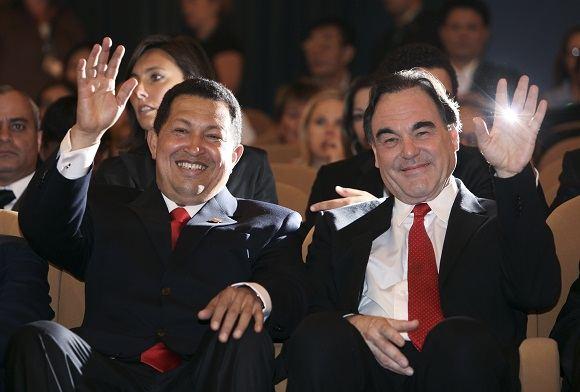Reuters/Scanpix nuotr./Venesuelos prezidentas Hugo Chavezas ir režisierius Oliveris Stone