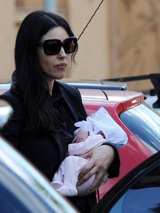 AOP nuotr./Monica Bellucci su mažąja dukrele