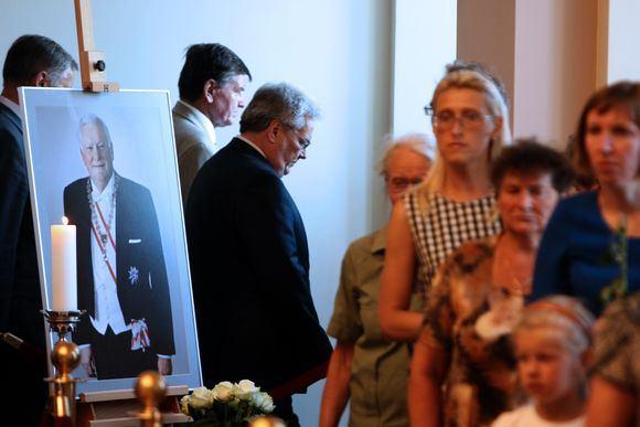Atsisveikinti su prezidentu A.M.Brazausku plūsta žmonės