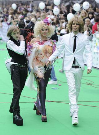 Scanpix nuotr./Sergejus Zverevas, jo sužadėtinė Ukrainos dainininkė Irina Bilyk ir jo sūnus Sergejus.