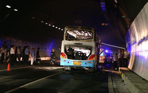 AFP/Scanpix nuotr./Kinijoje užsiliepsnojo autobusas.