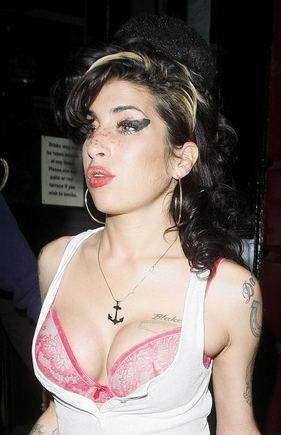 Scanpix nuotr./Amy Winehouse. Manoma, kad strazdanas ant veido Winehouse pati nusipiešia.