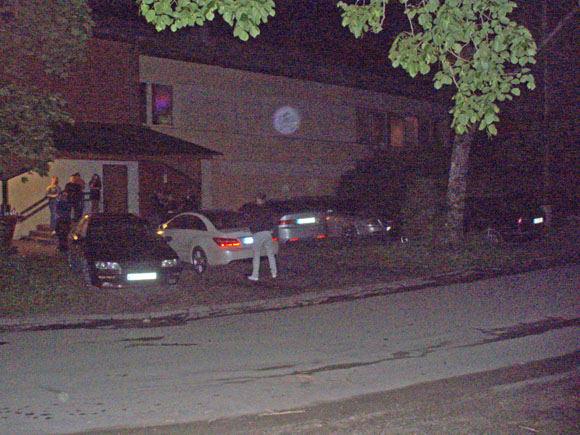 Redakcijos archyvo nuotr./Vaikinas atlieka gamtinius reikalus ant Oksanos Pikul automobilio