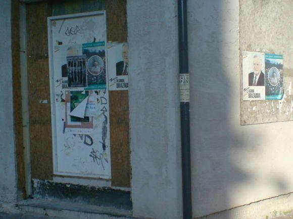 15min.lt skaitytojos Karolinos nuotr./Sostinės gatvėse  17 metų senumo plakatai su A.M.Brazausko atvaizdu.
