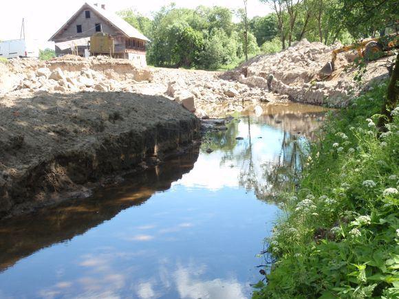 Organizatorių nuotr./Aleksandravo gyventojas bandė pakreipti Minijos upės vagą.