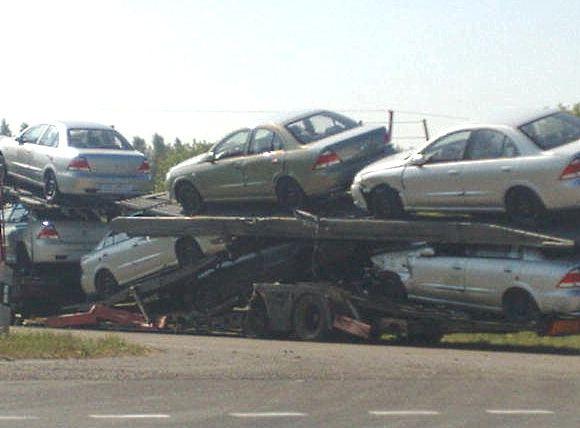 Ovidijos K./15min.lt skaitytojos nuotr./Apgadinti autovežiu vežti nauji automobiliai.