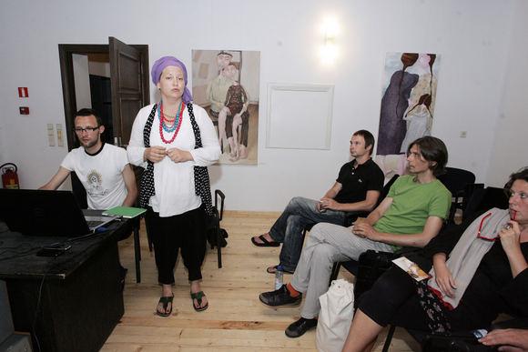 J.Rimkutė (centre) neabejojo, kad jau ketverius metus gyvuojantis projektas pasiekia pagrindinį savo tikslą – suburia skirtingose šalyse kuriančius lietuvių menininkus ir padeda jiems megzti tarpusavio kontaktus.