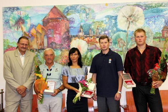 Kauno miesto savivaldybės nuotr./Disko metikas Andrius Gudžius ir iakluotoja Donata Viatartaitė buvo apdovanoti padėkomis. Jas gavo ir jaunųjų aukso medalininkų treneriai.