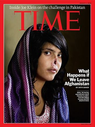 """Žurnalo """"Times"""" viršelis/Žuranlo """"Times"""" viršelis, ant kurio nufotografuota 18-metė afganistanietė Aisha. Merginos vyras, už tai, kad ji pabėgo iš namų, nupjovė ausis ir nosį"""