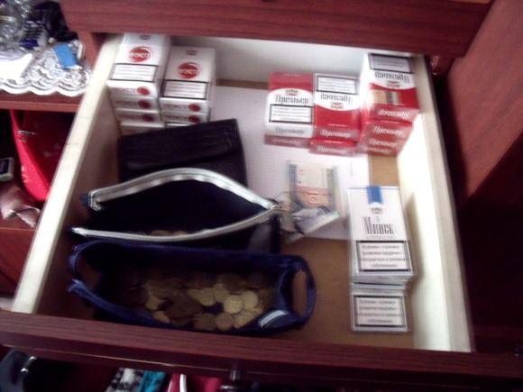 Alytaus apskrities VPK nuotr./Kontrabandinės cigaretės itin tvarkingame bendrabučio kambaryje