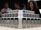 """AFP/""""Scanpix"""" nuotr./Naujoji """"iPod"""" grotuvų serija (nuo apačios): """"iPod Touch"""", """"iPod Nano"""" ir """"iPod Shuffle""""."""