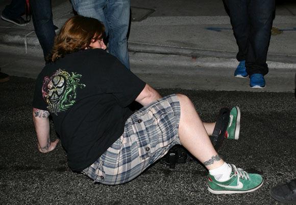 AOP nuotr./Paris Hilton su dabartiniu vaikinu Cy Waitsu partrenkė paparacę ir pabėgo iš įvykio vietos.