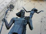 """Juliaus Kalinsko/""""15 minučių"""" nuotr./Skulptoriaus Kazimiero Kisielio skulptūra """"Šv. Kristoforas"""" įkomponuota Seimo viešbučio pastato nišoje."""