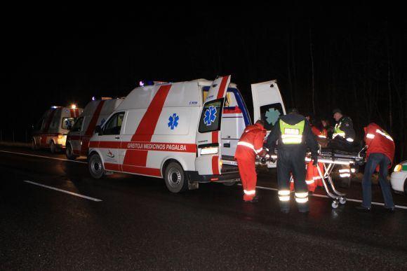 Nuo kelio nulėkė latvių mikroautobusas
