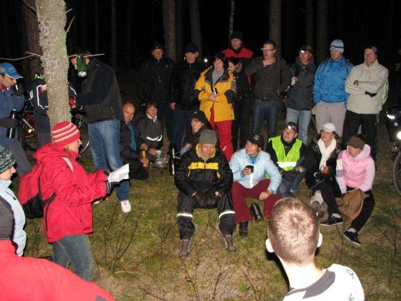 Organizatorių nuotr./Klaipėdiečiai ne tik keliavo dviračiais, bet ir dalyvavo loterijoje, stebėjo ugnies aou ant Olandų kepurės.
